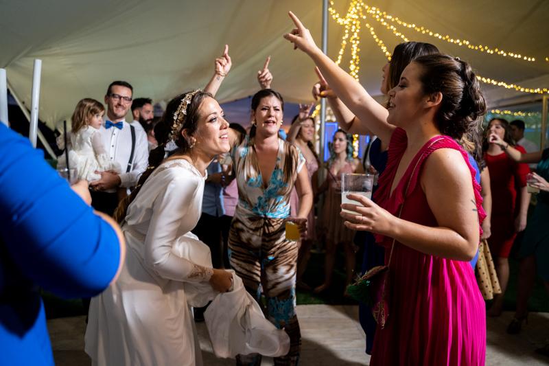 y con esa ganas de fiesta llegaron los invitados a la barra libre. Lo que no sabían es que los novios habían contratado una chirigota ¡La fiesta estaba en todo lo suyo!